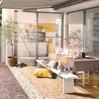 Seiten-Markise-gestreift-weiss-und-grau-ueberdacht-gemuetlichen-Aussen-Wohnbereich