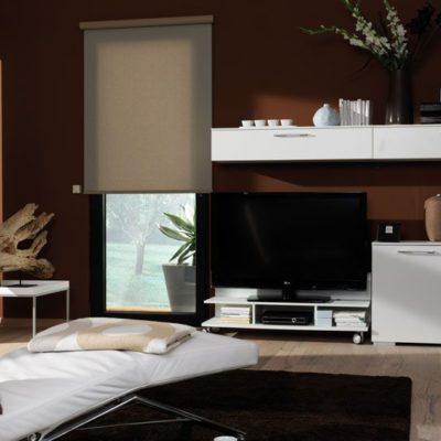 Braunes Wohnzimmer mit einem Flächenvorhang am Fenster