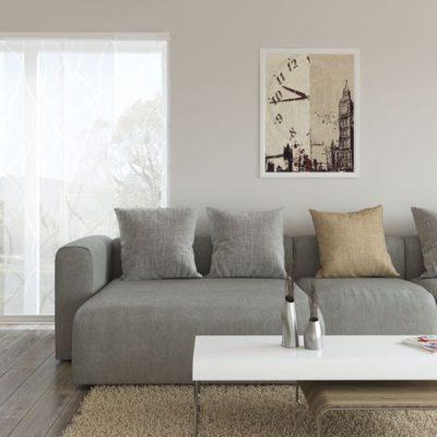 Graue Couch und gemusterte Flächenvorhänge