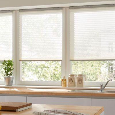 Küchenzeile mit Plissee am Fenster