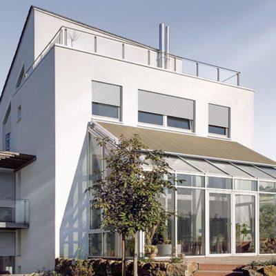 Wintergarten-Markise-mit-Fensterelementen-schuetzt-Wintergarten-vor-aeusseren-Wetterbedingungen