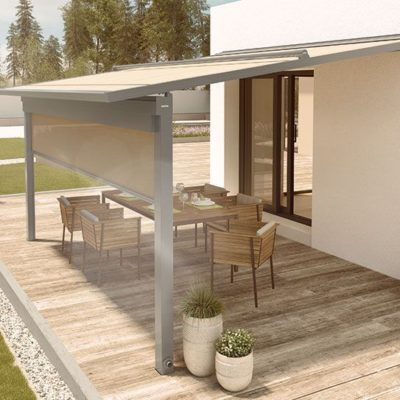 Pergola-Markise-beige-ueberdacht-Holzterrasse-mit-Tisch-und-Stuehlen